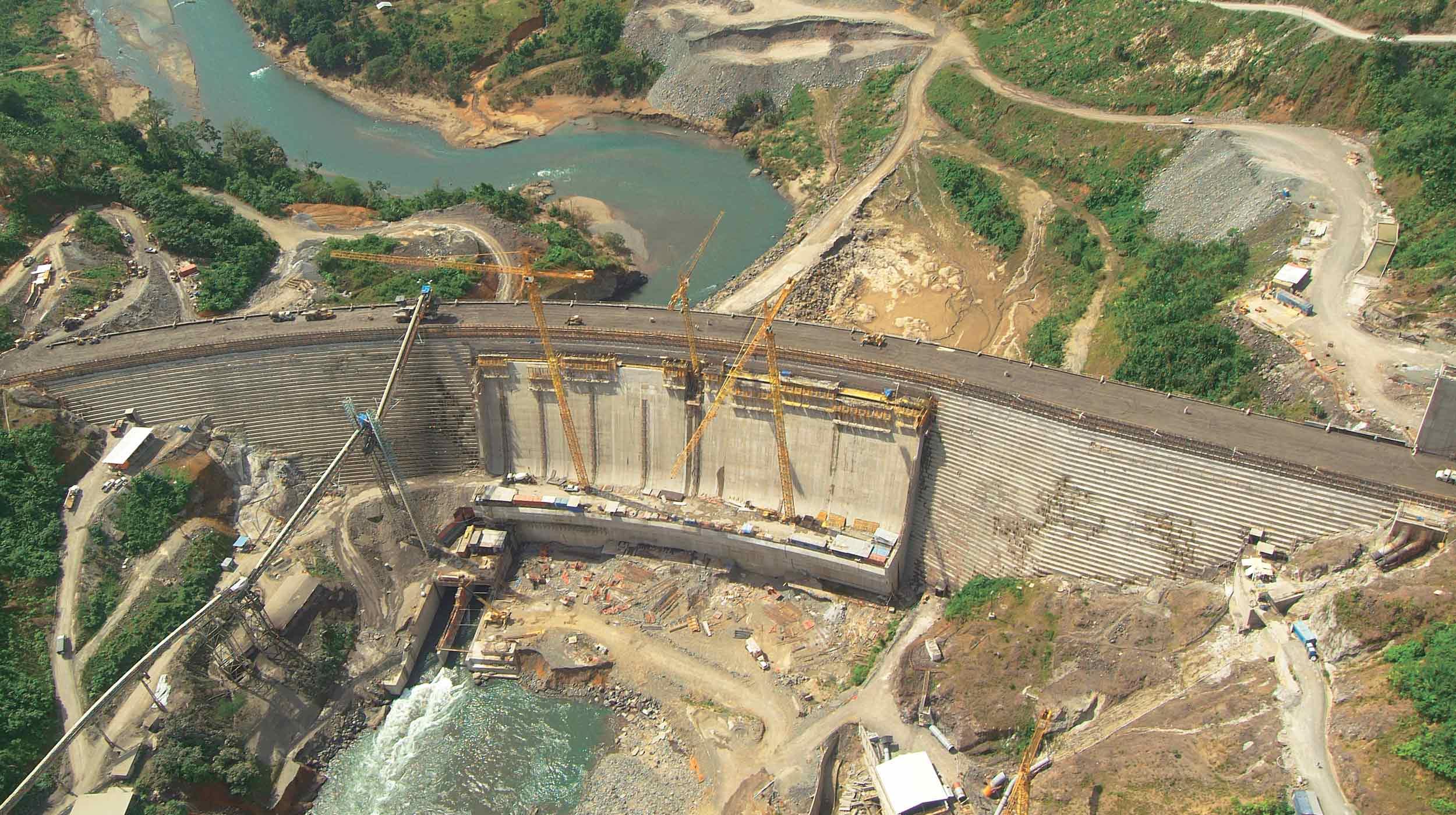 Esta grande obra, localizada na província panamenha Bocas de Toro, contempla em sua fase principal a barragem da futuro reservatório no rio Changuinola.