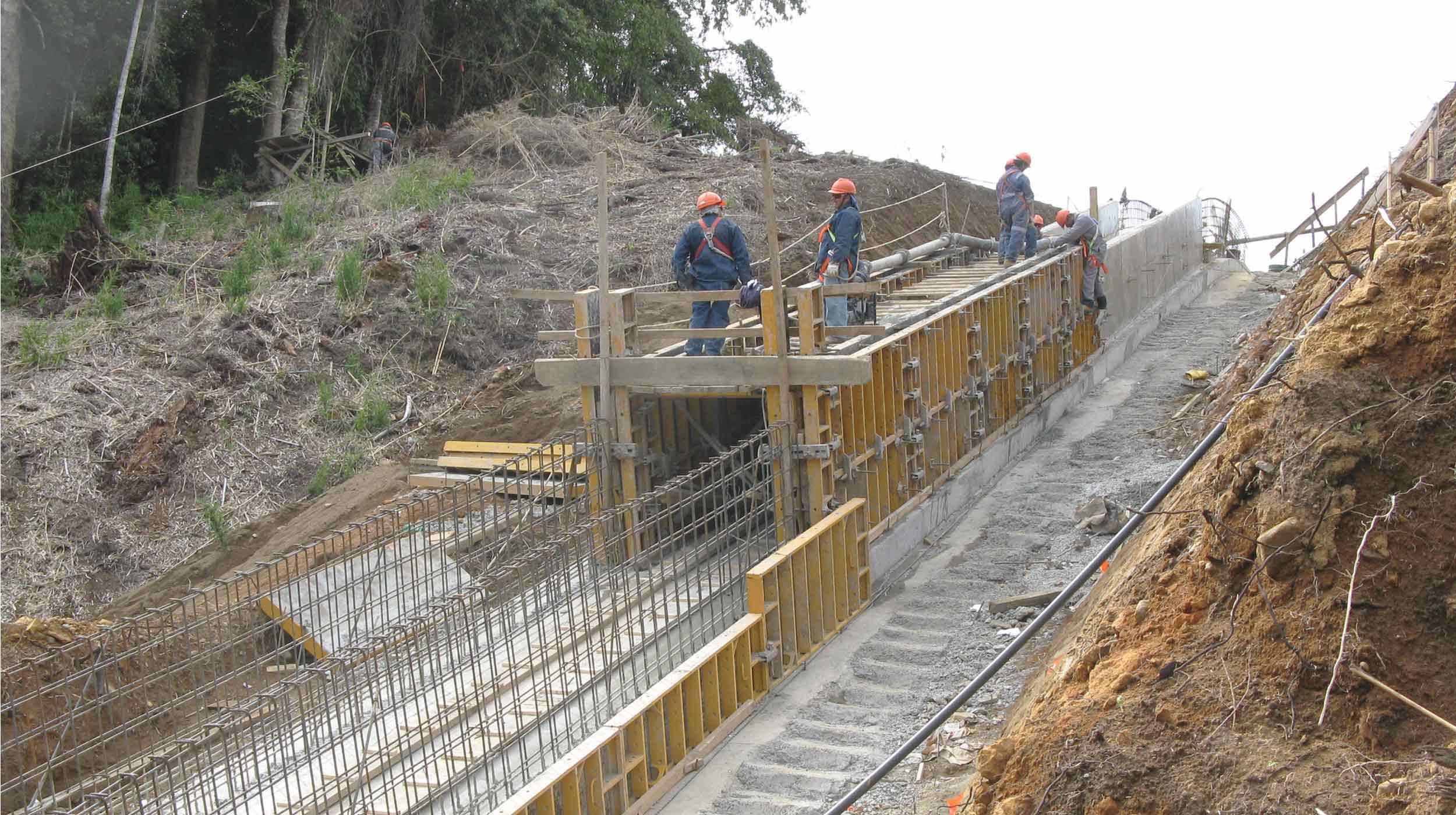 Localizada na Comunidade de Rio Bueno, 14ª região, a usina é abastecida pelo rio Licán.