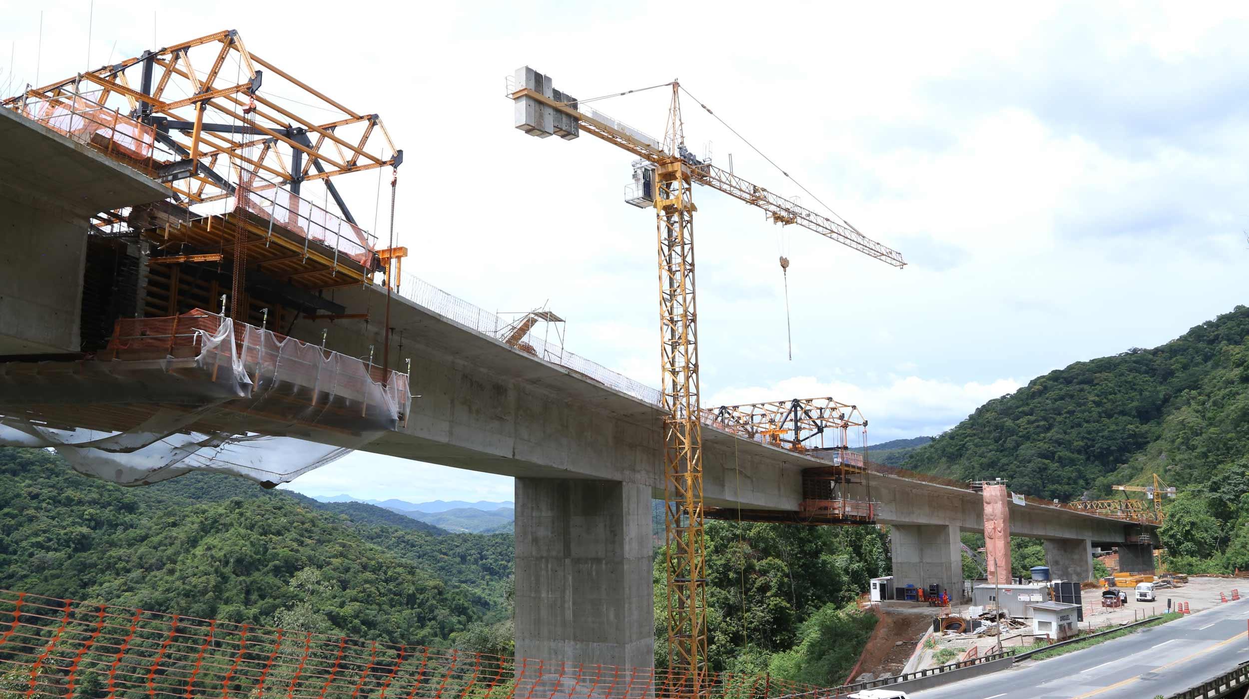 Uma das mais importantes rodovias do estado de São Paulo, a BR-116, também conhecida como Régis Bittencourt, liga São Paulo a Curitiba e tem um papel importante na malha rodoviária brasileira.