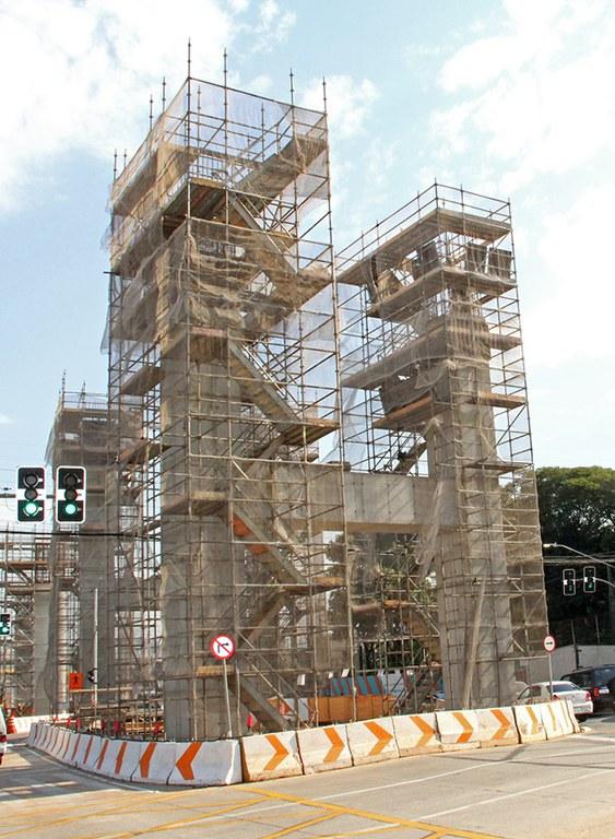 Escoramento em balanço para não parar o tráfego na região das obras do Metrô Linha 15 Prata Monotrilho